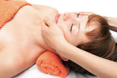 Młoda kobieta zaczyna masaż twarzy — Zdjęcie stockowe