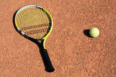 Tennisracket met twee ballen — Stockfoto