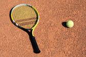 Une raquette de tennis avec deux boules — Photo