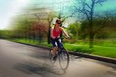 若い女性の運転サイクル — ストック写真