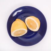 Plate with a lemon — ストック写真