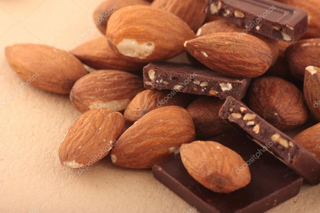Almond nuts and pieses of milk chocolate — Photo #1311004