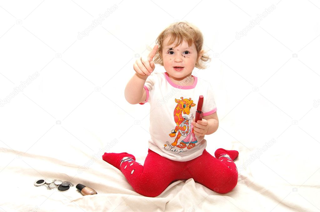 The little girl tries to do a makeup — Stock Photo #1386527
