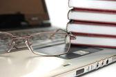 очки и книги на ноутбуке — Стоковое фото