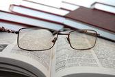 Brýle na knihy — Stock fotografie
