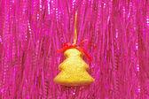 Ornamento di natale contro da un orpello — Foto Stock