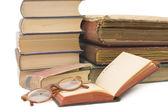 Högen av gamla böcker isolerad på vit bakgrund — Stockfoto
