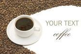 чашка кофе и зерна на белом — Стоковое фото