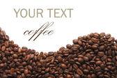 Aromatiska kaffebönor på vit — Stockfoto