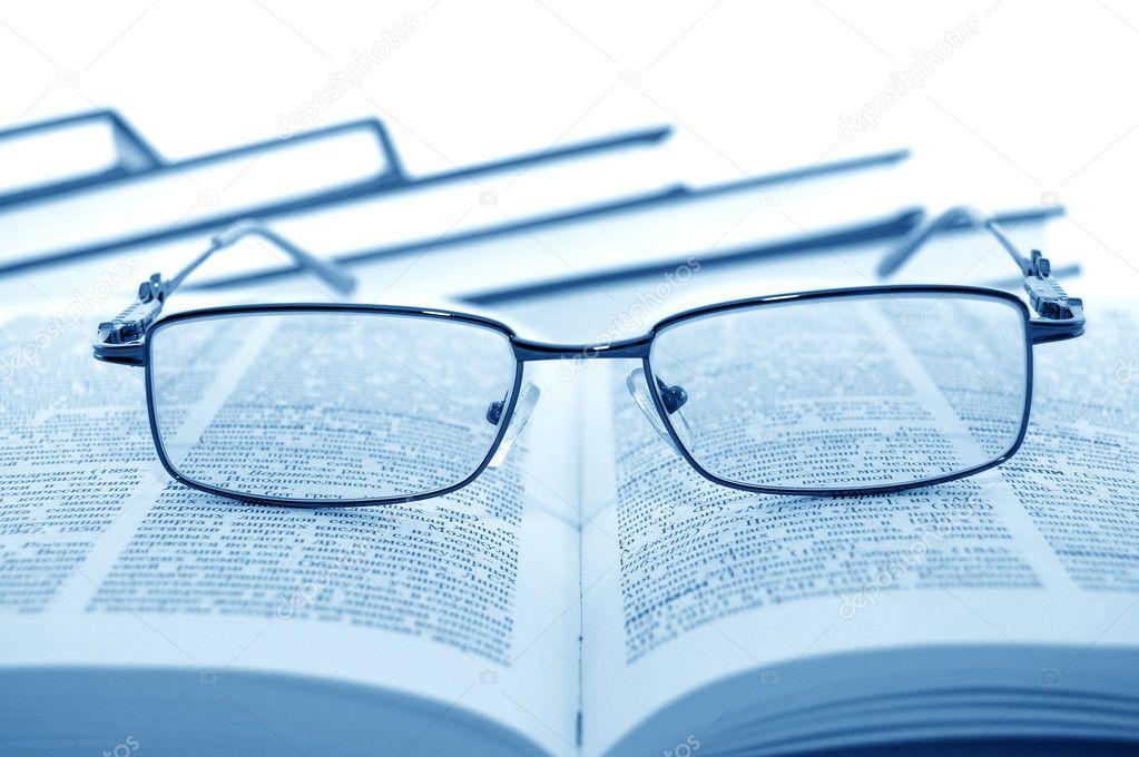书上的眼镜 - 图库图片