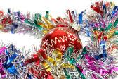 Noel tinsel kırmızı bir oyuncakla — Stok fotoğraf