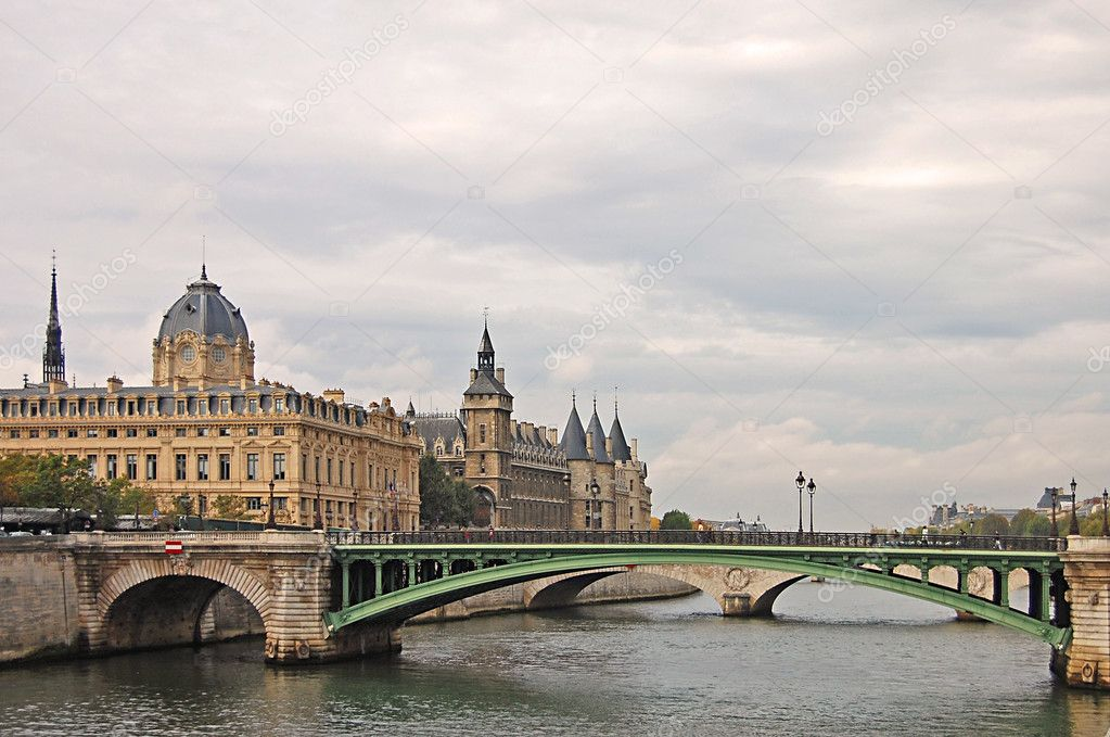 View of Palais de Justice and a bridge over the Seine river. Paris, France. — Stock Photo #2596919