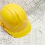 casco amarillo en el proyecto de la casa — Foto de Stock