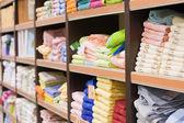 Schap met handdoeken in een supermarkt — Stockfoto