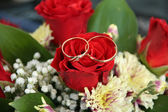 Gold rings on a bouquet — Stock Photo