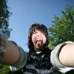 mladý muž ukazuje jazyk — Stock fotografie