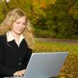 Women with laptop studying in the park i — Stock Photo