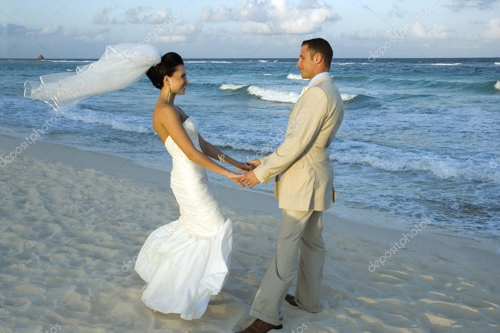Brige and groom celebrating on the beach — Stock Photo #1314964