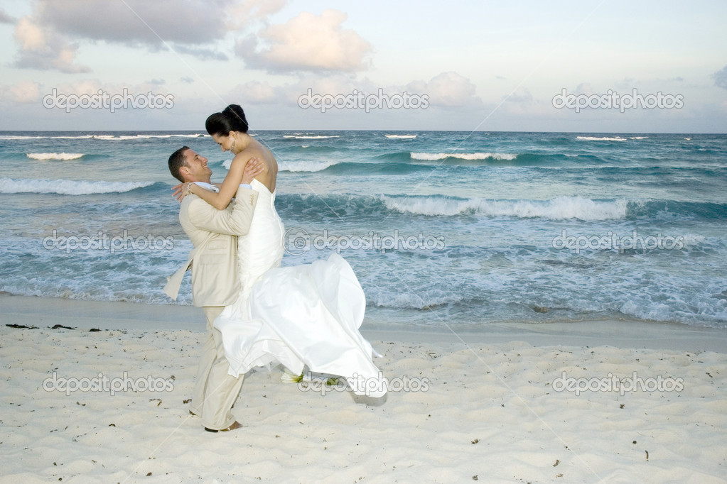 Bride and groom celebrating on the beach — Stock Photo #1314992