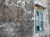 An old broken window on grey wall — Stock Photo