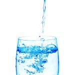 vierte en el vaso de agua — Foto de Stock   #1337066