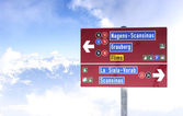 Piste sign at the top of a mountain — Stock Photo