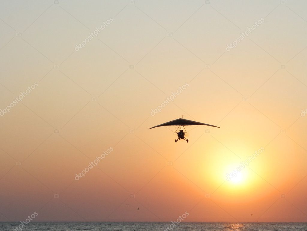 Kazantip. The hangglider in action against a red sunset at coast of the black sea — Stock Photo #1385652