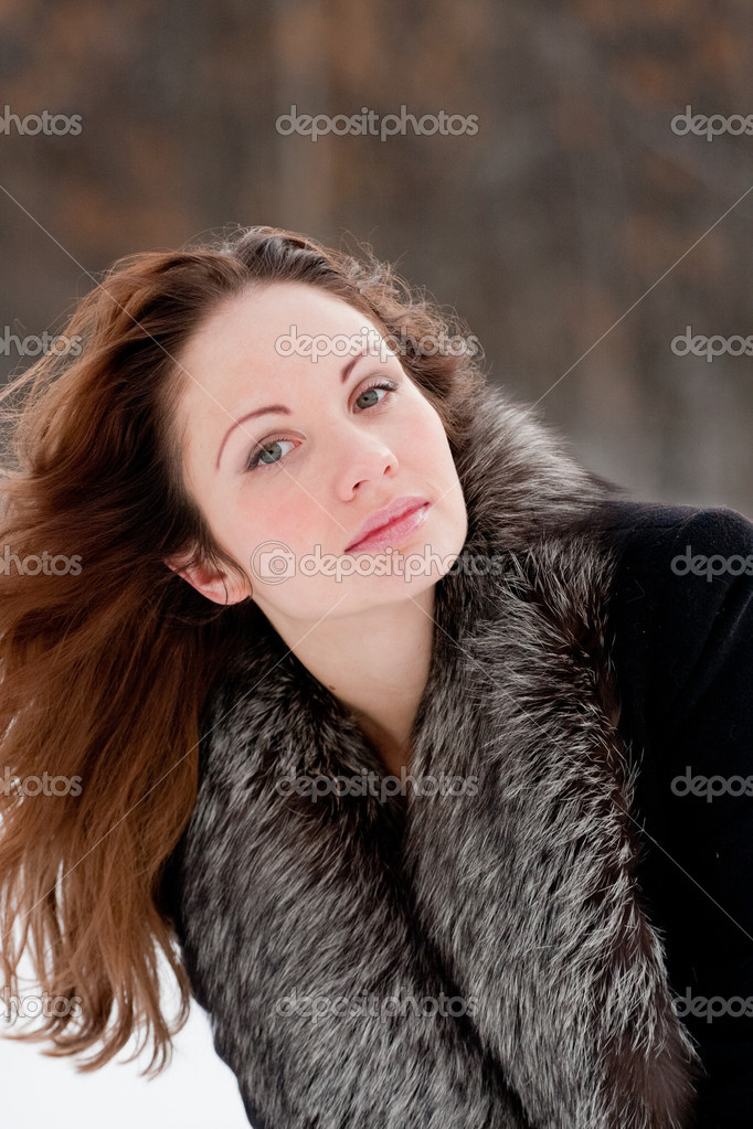 Pretty woman in a winter park — Stock Photo #1332444
