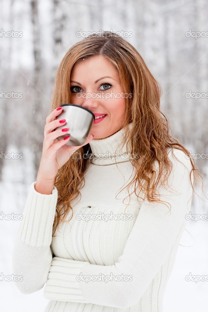 A beautiful caucasian girl drinking hot coffee — Stock Photo #1332497
