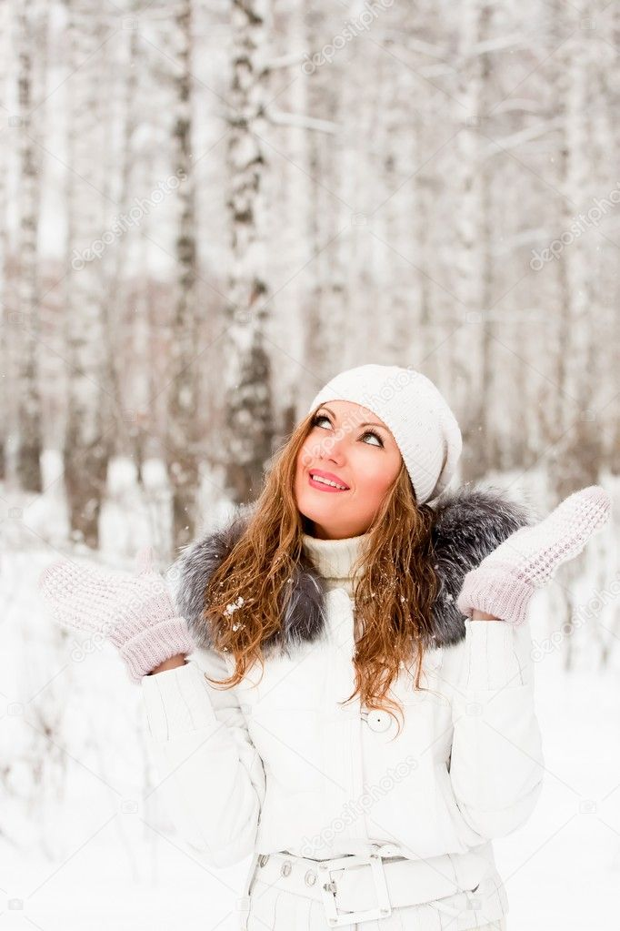 Pretty caucasian woman in a winter park  Stockfoto #1332504