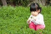 在公园开心的小女孩 — 图库照片
