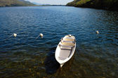 White small boat docked at the lake — Stock Photo
