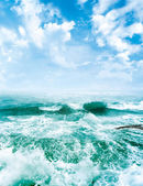 Sea waves and the blue sky — Foto de Stock