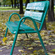 Green bench in park — Foto Stock