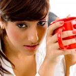 kadın holding kahve kupa — Stok fotoğraf