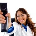 lächelnd Arzt Telefonhörer anzeigen — Stockfoto