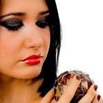 retrato de mulher olhando para bola de espelhos — Foto Stock