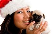 Mulher sorridente, a brincar com o cachorro — Foto Stock