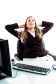 женский исполнитель расслабляющий в офисе — Стоковое фото