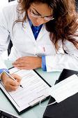 Młody lekarz pisze receptę — Zdjęcie stockowe