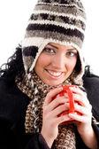 Mooie vrouwelijke genieten van warme koffie — Stockfoto