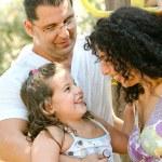 Портрет улыбаясь семьи пользуются — Стоковое фото