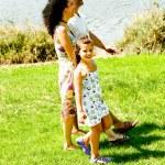 familjen promenader utomhus — Stockfoto