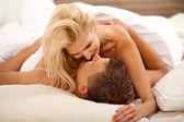 Couple de jeunes mariés pendant l'acte sexuel — Photo