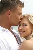 Homem beijando sua esposa — Foto Stock