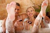 Baño pareja sonriente — Foto de Stock