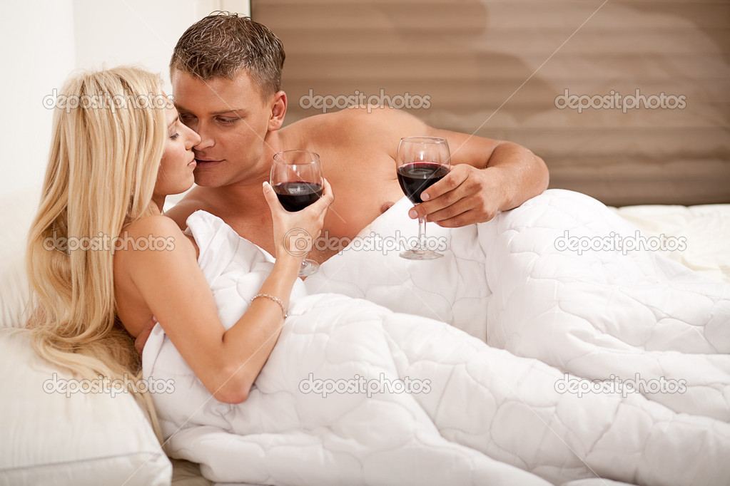 Групповое совокупление со сладострастной девкой на кровати  323868