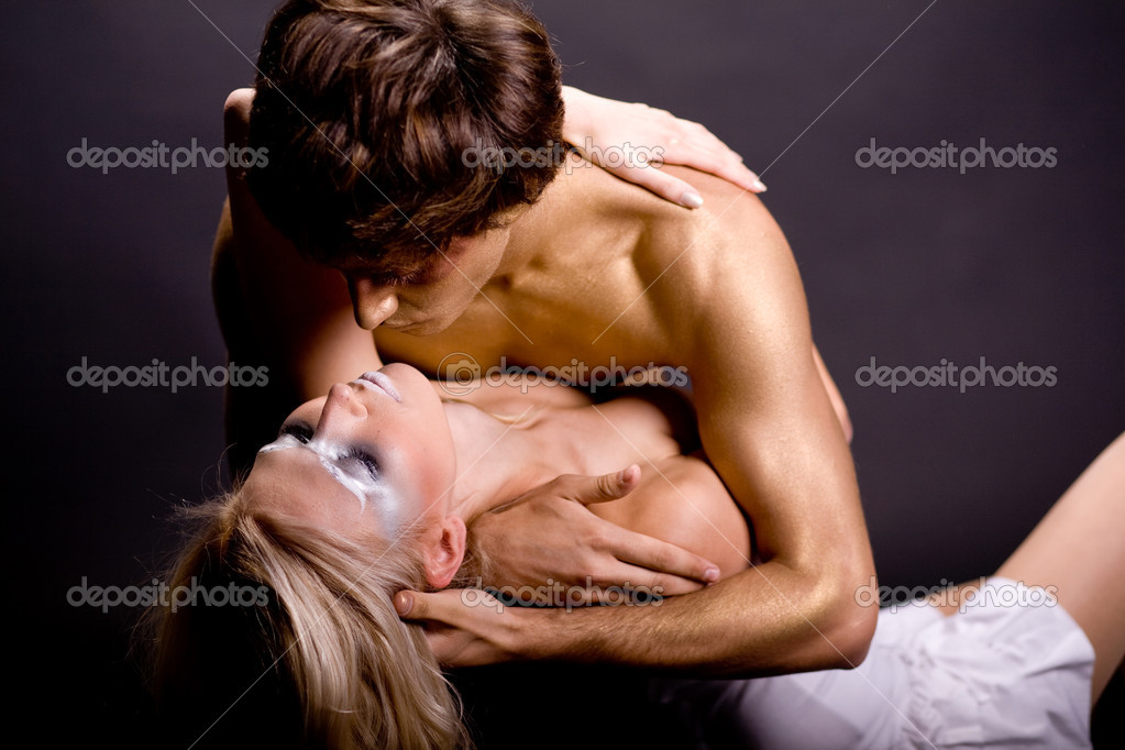Young couple making love in studiio — Stockfoto #1367620