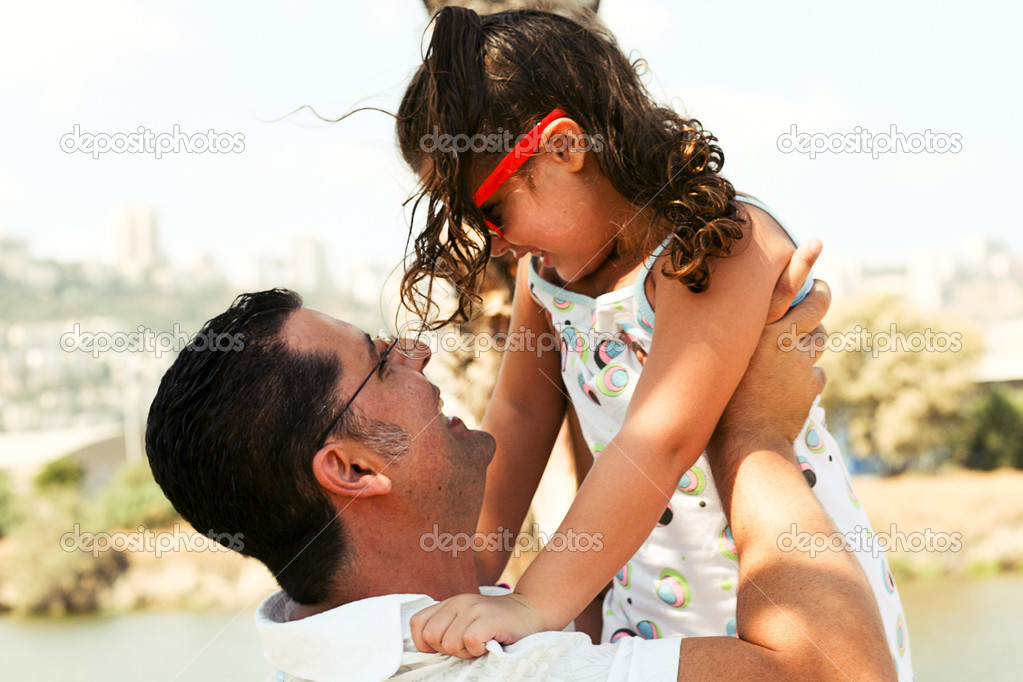 Father playing with his daughter as he holds her high — Stock Photo #1369242