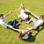 familia disfrutando juntos sobre hierba — Foto de Stock